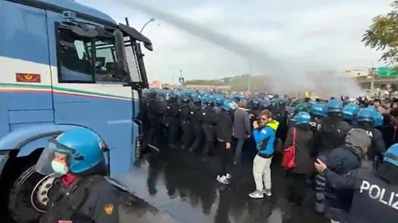 Italy like South America! In Trieste Port Armored Vehicles with Hydrants to Remove Dockers in Protest against Green Pass Requested for working