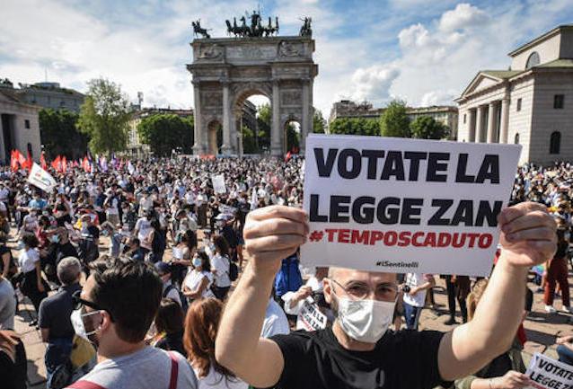 LEGGE ZAN MEGLIO DEI VACCINI COVID! Assembramenti Pro-Gay in Piazza senza rischi Polizia, intervenuta in massa alla Tortiera