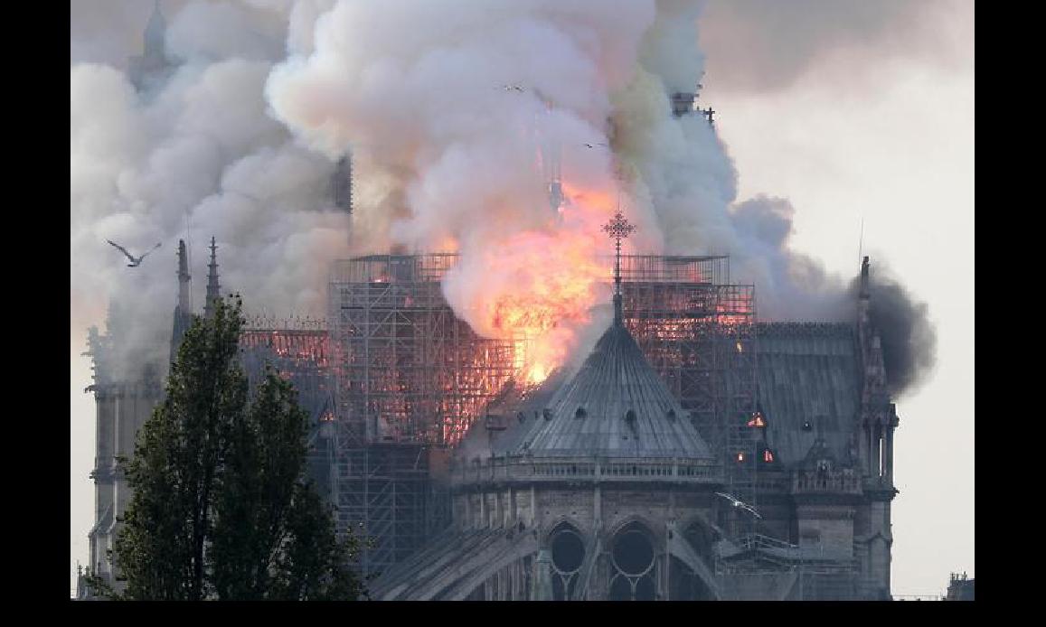 ROGO INFERNALE A NOTRE DAME: DEVASTATA UN'ICONA CRISTIANA