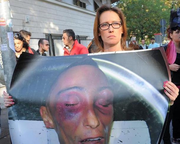 CUCCHI, PESTATO IN CASERMA PRIMA DELLA MORTE. Condannati a 13 anni due Carabinieri