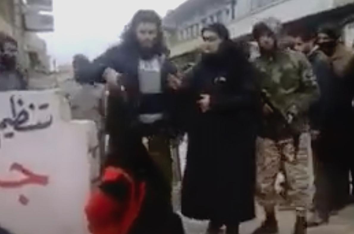 AFGHANISTAN, REPRESSIONE TALEBANA. Video Shock: Donna Uccisa con Sparo alla Testa in strada